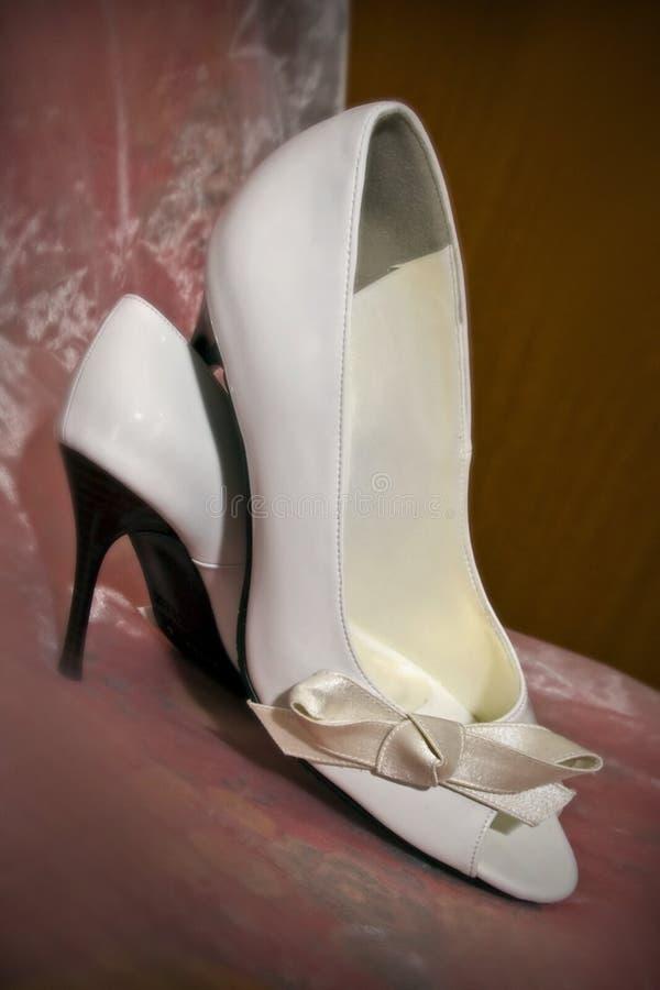 Sapatas brancas do casamento imagem de stock