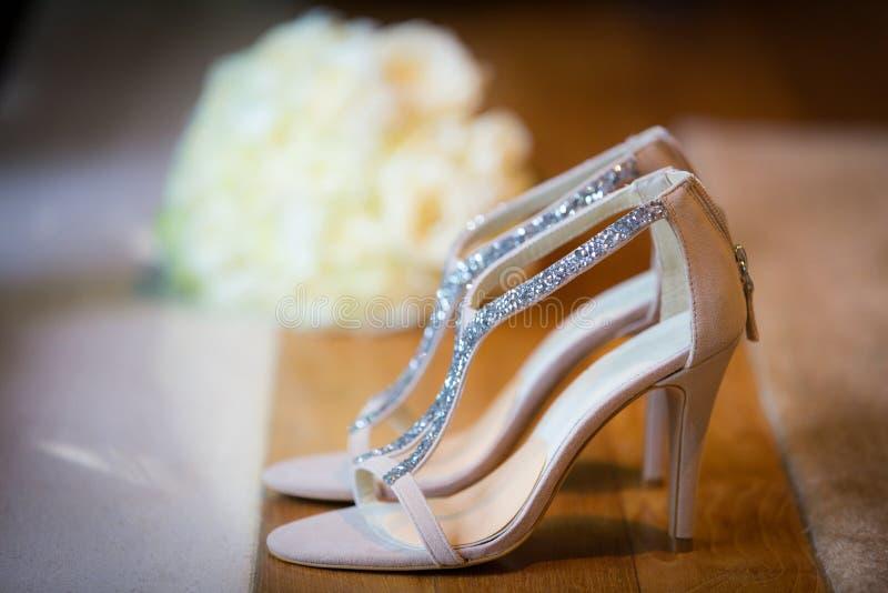 Sapatas brancas do casamento fotografia de stock royalty free
