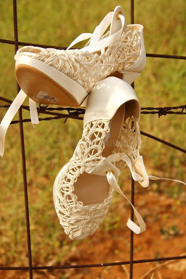 Sapatas brancas do casamento fotos de stock