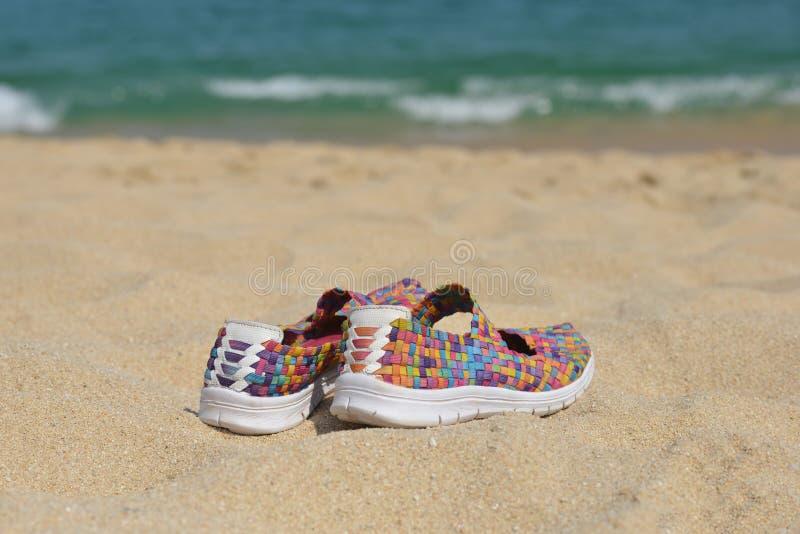 Sapatas brilhantes na praia fotografia de stock royalty free