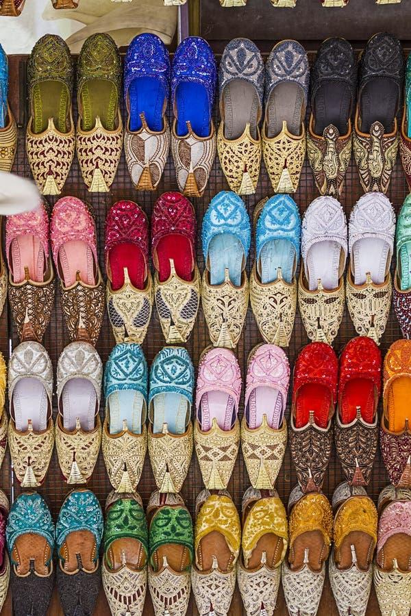 Sapatas coloridas no souk, Dubai, Emiratos Árabes Unidos fotografia de stock royalty free