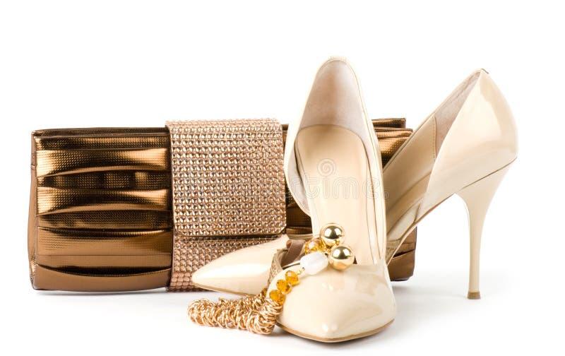 Sapatas com bolsa e jóia dourada fotografia de stock royalty free