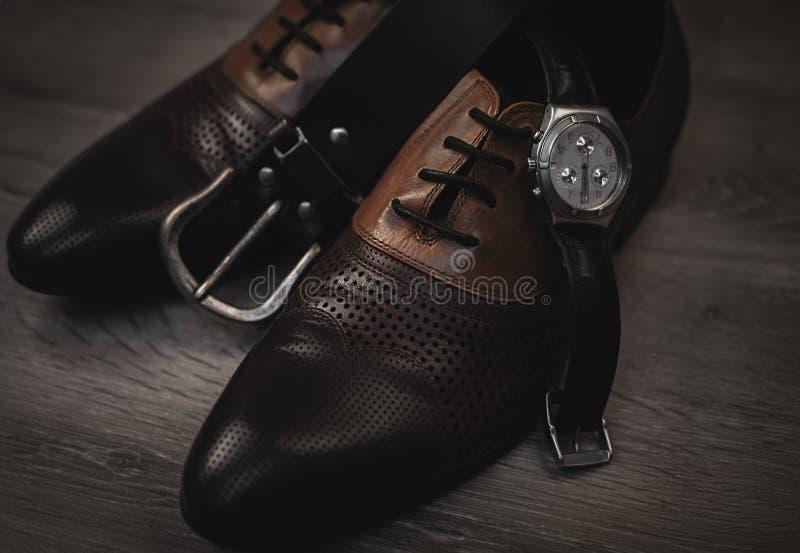 Sapatas com relógio e correia fotografia de stock royalty free
