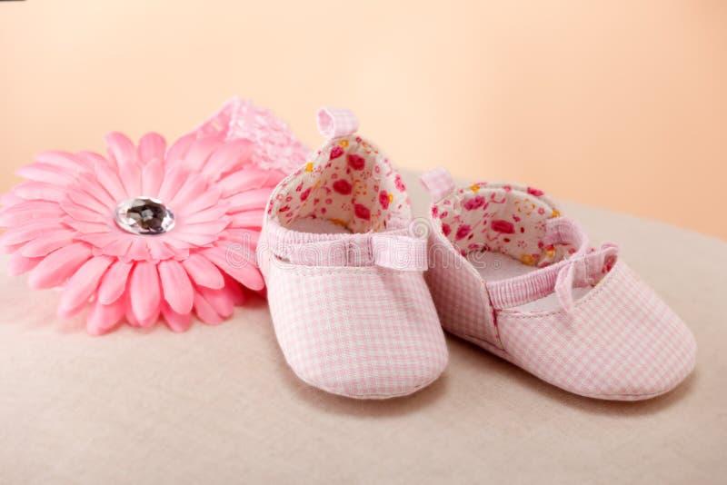 Sapatas cor-de-rosa do bebé fotos de stock royalty free