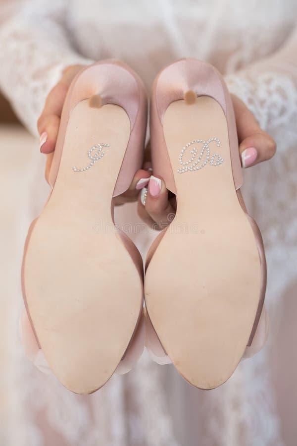 Sapatas cor-de-rosa do casamento com inscrição eu faço imagens de stock royalty free