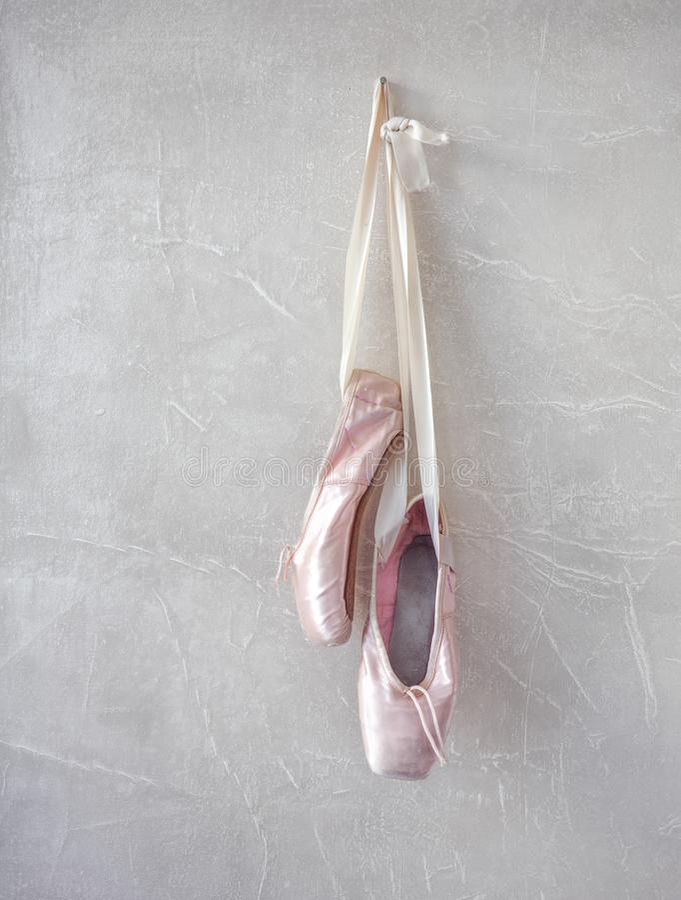 Sapatas cor-de-rosa do pointe foto de stock
