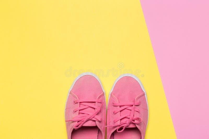 Sapatas cor-de-rosa em um fundo pastel Vista superior imagens de stock