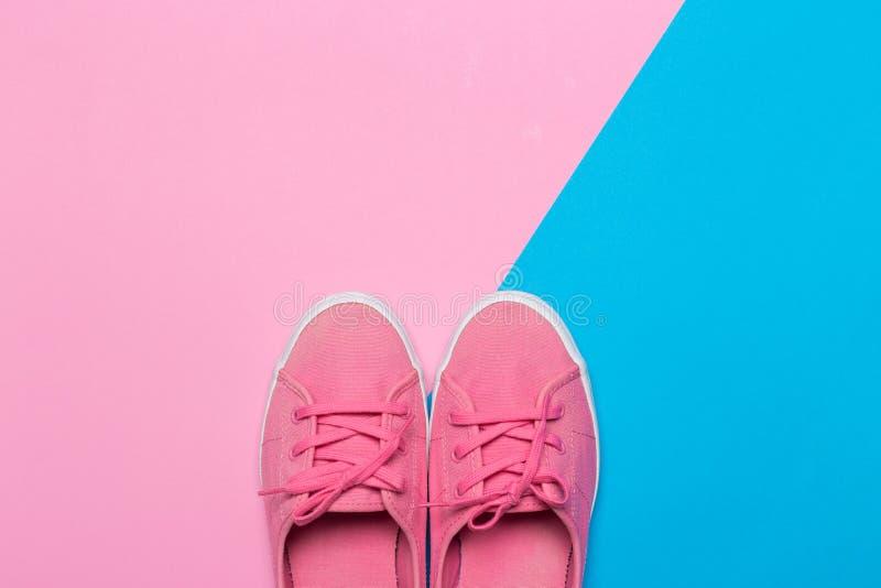 Sapatas cor-de-rosa em um fundo pastel Vista superior imagens de stock royalty free