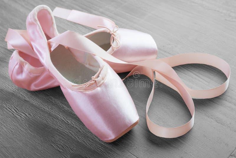 Sapatas cor-de-rosa novas do pointe do bailado foto de stock royalty free