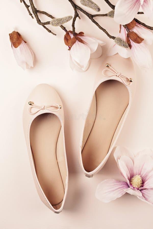 Sapatas da bailarina e flores coloridas Nude da magnólia foto de stock royalty free