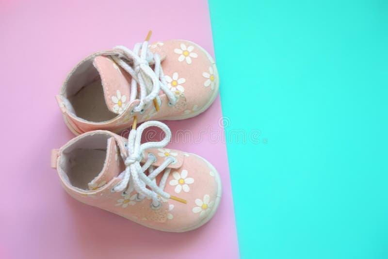 Sapatas da cor-de-rosa de bebê imagens de stock royalty free