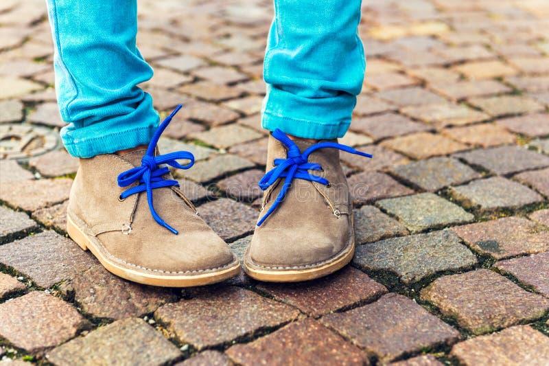 Sapatas da forma nos pés da criança foto de stock royalty free