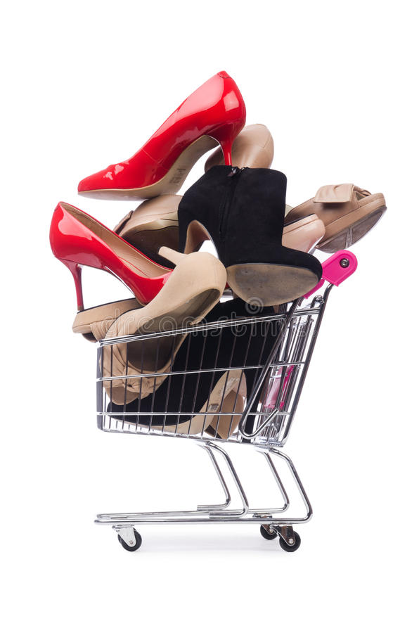 Sapatas da mulher no carrinho de compras no branco imagens de stock royalty free