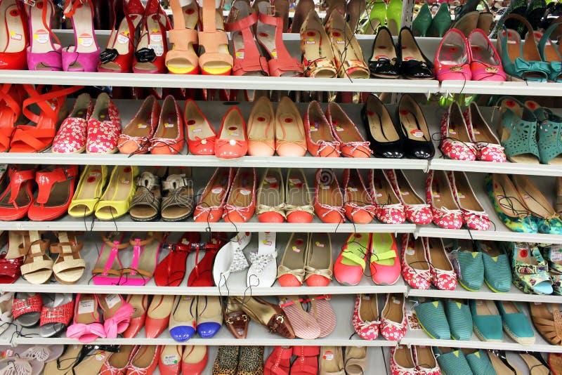 Sapatas das mulheres na loja imagem de stock