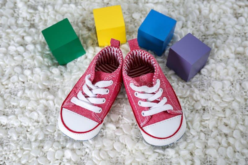 Sapatas de bebê bonitos e cubos coloridos com lugar imagens de stock royalty free