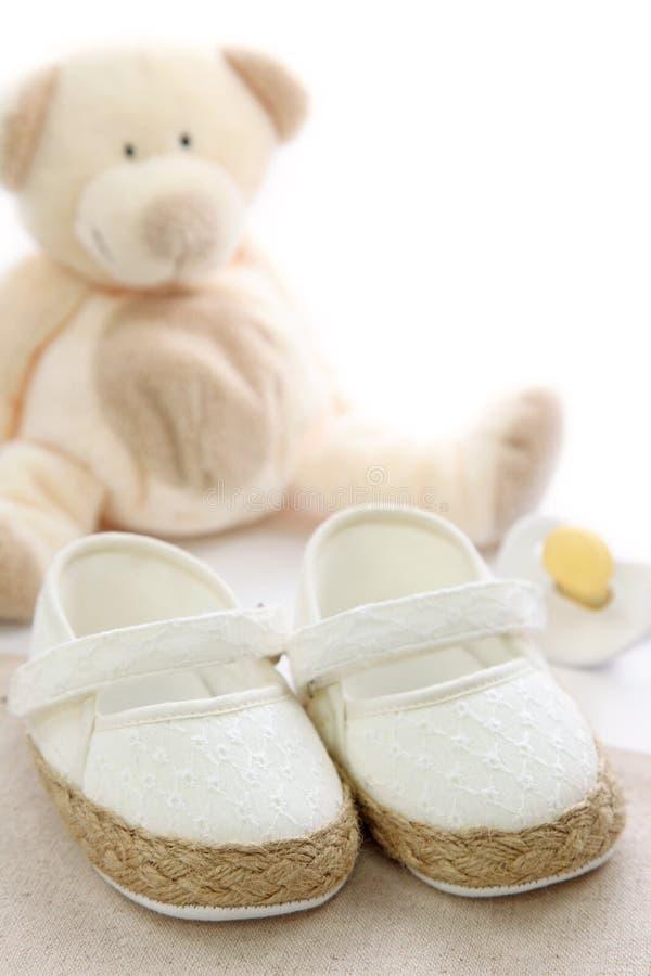 Sapatas de bebê brancas fotos de stock royalty free