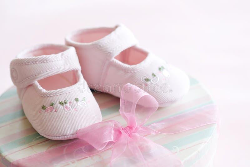 Sapatas de bebê cor-de-rosa foto de stock