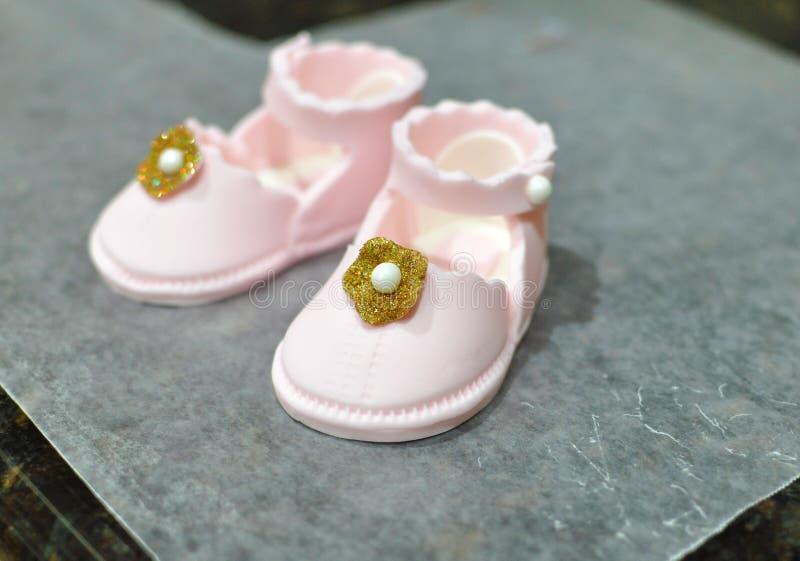 Sapatas de bebê cor-de-rosa do fundente foto de stock