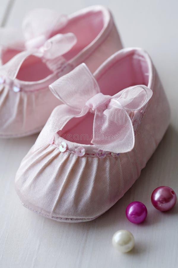 Sapatas de bebê das meninas imagens de stock