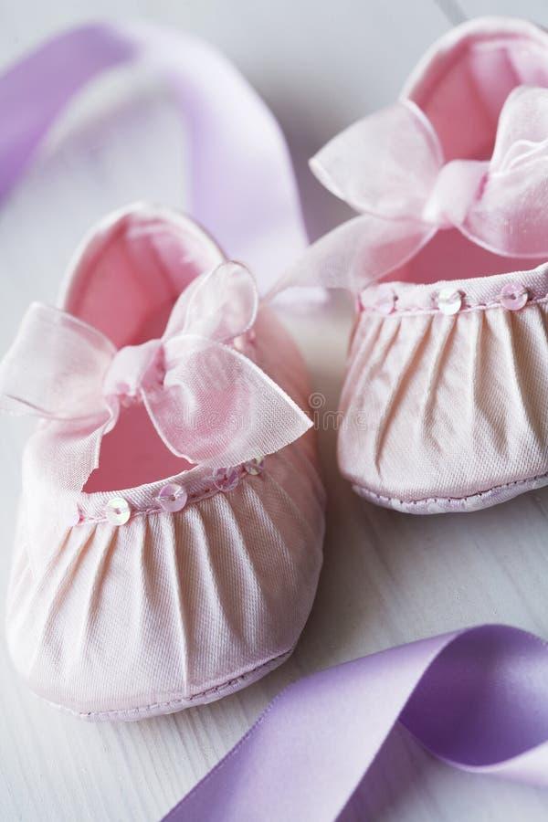 Sapatas de bebê de Girly fotos de stock