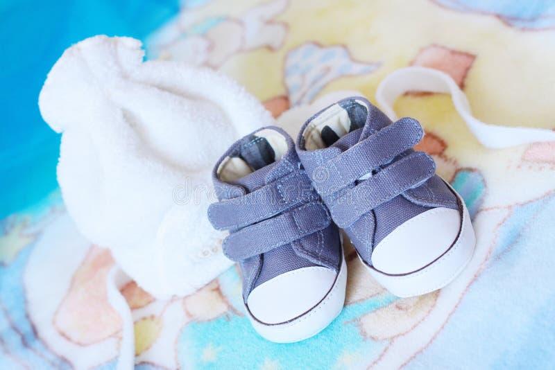 Sapatas de bebê e tampão do bebê fotografia de stock