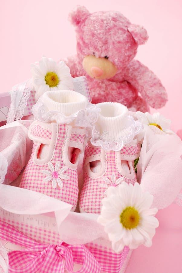 Sapatas de bebê para a menina na caixa de presente fotografia de stock royalty free