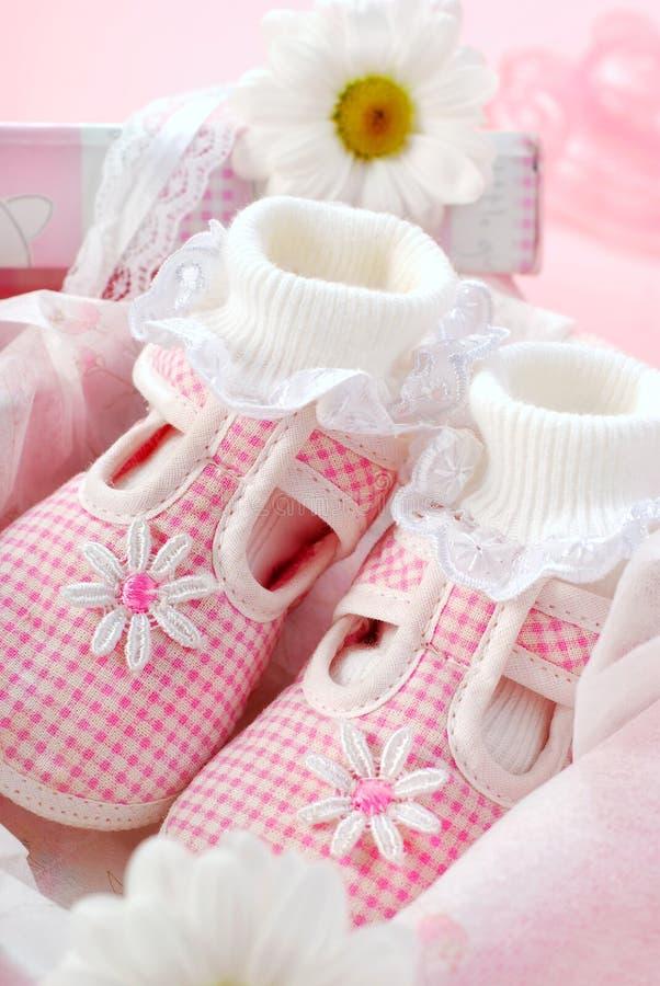 Sapatas de bebê para a menina na caixa de presente imagens de stock
