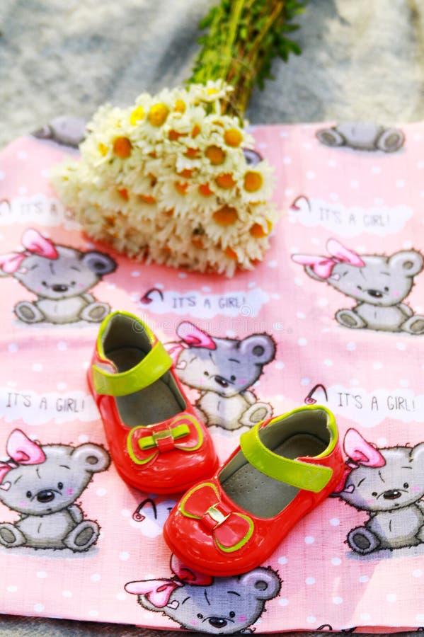 Sapatas de bebê para meninas Ajuste em antecipação a uma criança fotos de stock royalty free