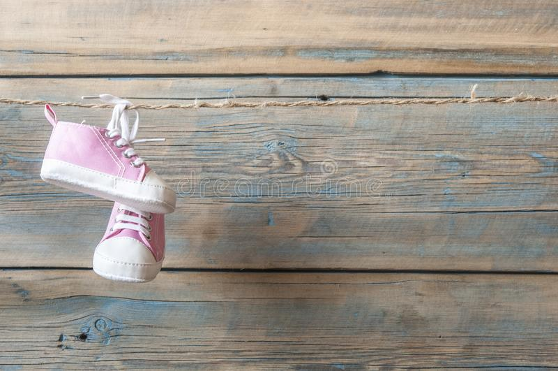 Sapatas de bebê que penduram na corda imagem de stock royalty free