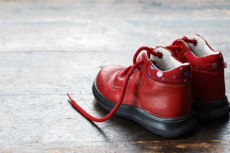 Sapatas de bebê vermelhas fotografia de stock