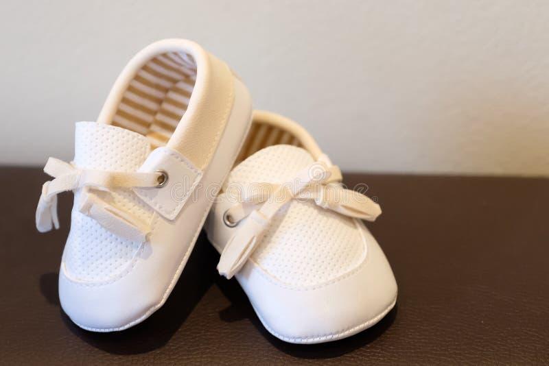 Sapatas de beb? brancas foto de stock royalty free