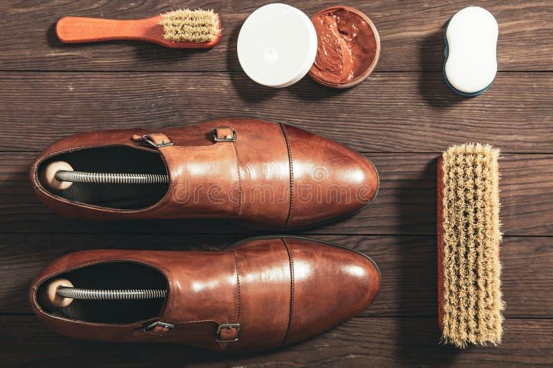 Sapatas de couro com os acessórios para limpar fotografia de stock royalty free