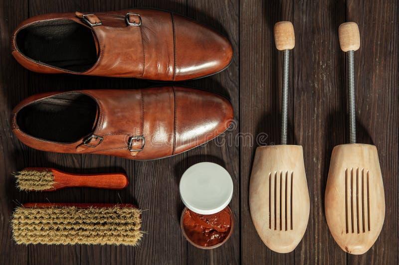 Sapatas de couro com os acessórios para limpar fotos de stock royalty free