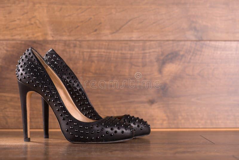 Sapatas de couro envernizado pretas no assoalho fotografia de stock royalty free