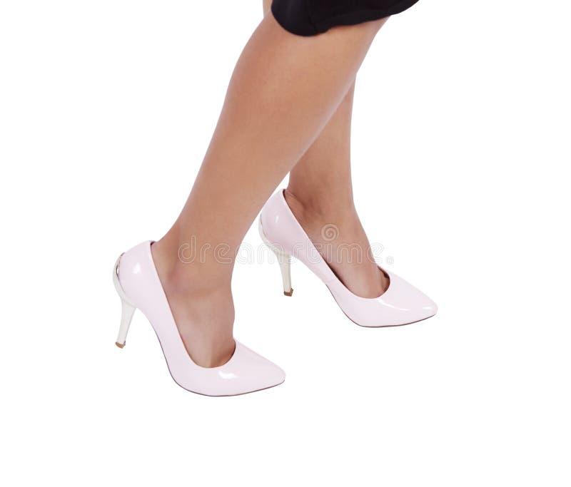 Sapatas de couro vestindo dos estiletes dos saltos altos da mulher fotos de stock