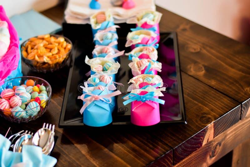 Sapatas de papel do bebê com doces para dentro fotografia de stock