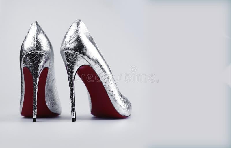 Sapatas de prata fêmeas à moda foto de stock royalty free