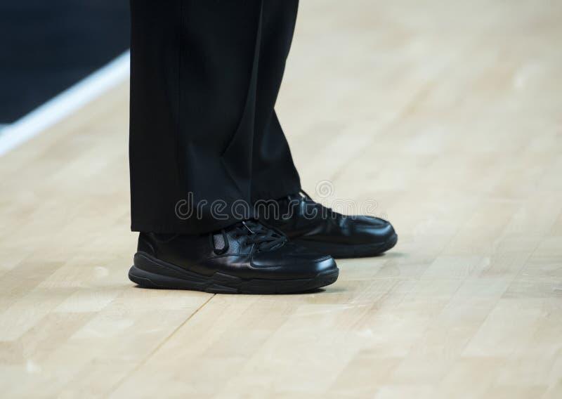 Sapatas do árbitro do basquetebol no assoalho no gym foto de stock royalty free