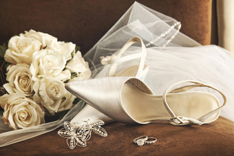 Sapatas Do Casamento Com O Ramalhete Das Rosas E Do Anel Brancos Foto de Stock Royalty Free