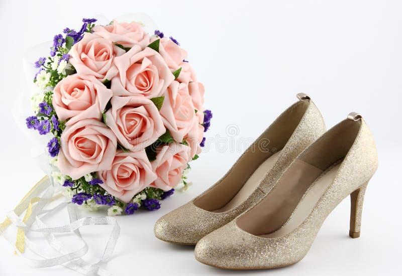 Sapatas do casamento e um ramalhete das flores imagem de stock royalty free
