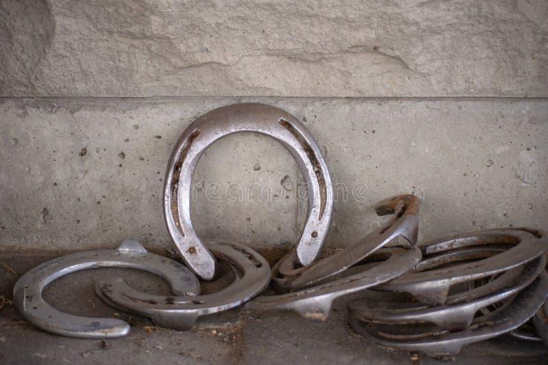 Sapatas do cavalo contra o tijolo Walll imagens de stock royalty free