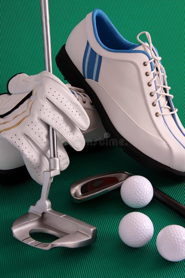 Sapatas do golfe com golve imagem de stock