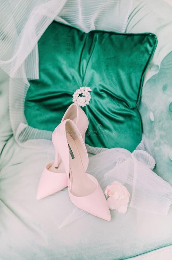 Sapatas do ` s da noiva da mola da noiva da manhã fotos de stock