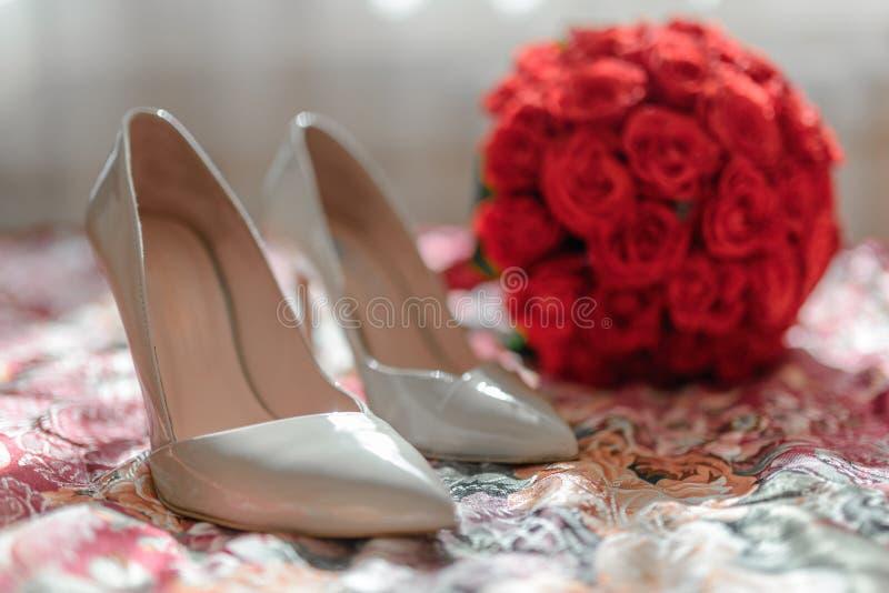 Sapatas do ` s da noiva, ramalhete imagem de stock