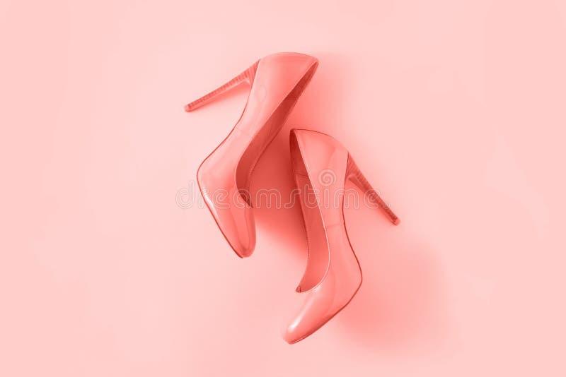 Sapatas do salto alto da mulher no fundo cor-de-rosa coral Olhar do blogue da forma foto de stock royalty free