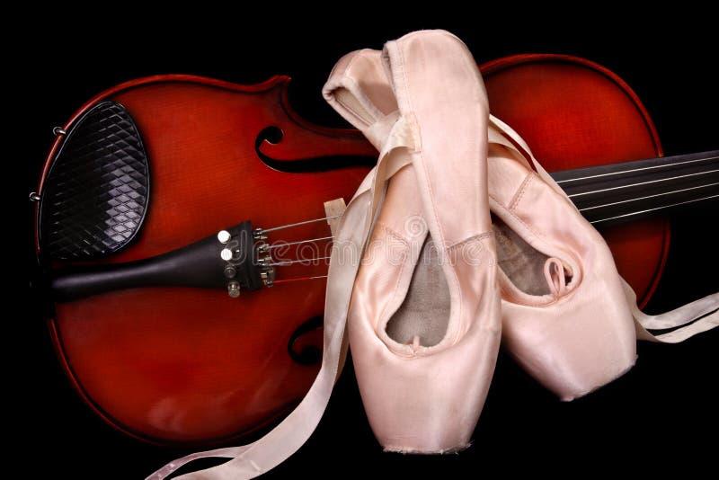Sapatas do violino e de bailado fotos de stock
