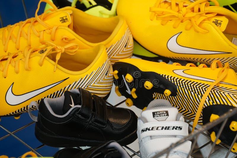 Sapatas dos esportes de Nike e de Skechers fotos de stock royalty free