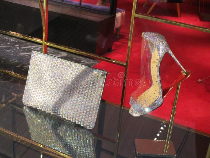 Sapatas e bolsa de Cinderella em um centro de compra elegante em Gold Coast, Qld, Austrália foto de stock