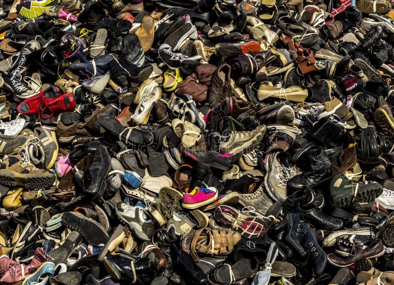 Sapatas e descarga de lixo das botas fotos de stock