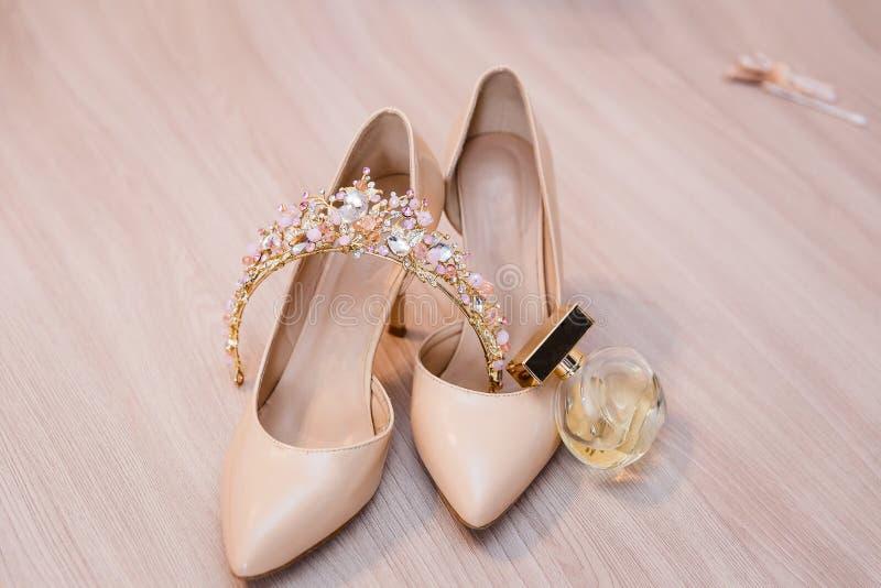 Sapatas e noiva bege da tiara fotos de stock royalty free